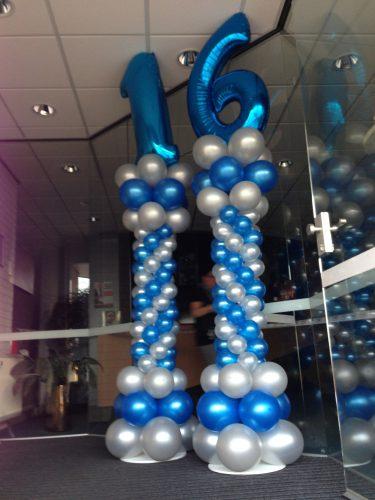Ballonnenpilaar blauw zilver style met folie cijfer